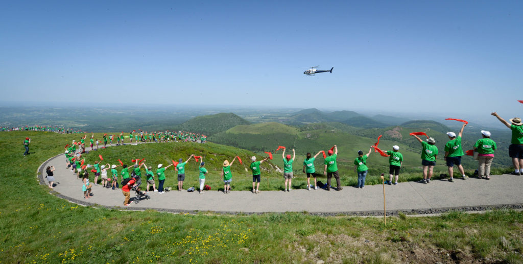 Human chain on the summit of the Puy de Dôme (photo by Jodie Way)