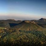 Vue nord de la Chaîne des Puys, Côme au premier plan