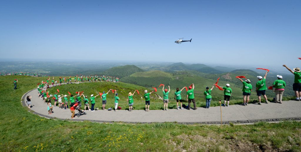 Human chain at the summit of the Puy de Dôme (J. Way)